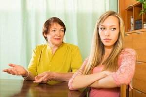 Подслушав разговор невестки с матерью, свекровь сразу же позвонила мужу и сыну