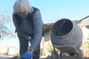 Женщина нашла применение стеклотаре: забор и 50 тысяч бутылок получился весьма эффектным