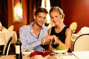 Антон пригласил девушку поужинать в ресторан. Он не просил, а она вернула ему потраченные на нее деньги в тот же вечер, нестандартно объясни