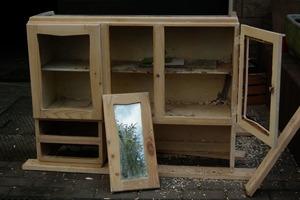 Муж отремонтировал старый шкаф, с которого уже краска сыпалась: фото до и после