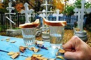 Оставлять на могиле водку и хлеб - кощунство, не имеющее ничего общего с православием: мнение представителей церкви
