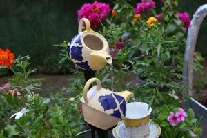 Муж уговорил меня сделать из чайного сервиза небольшой фонтан для клумбы: так красиво, что сделаем еще один