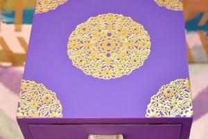 Старую тумбу выкрасила в фиолетовый и обклеила кружевными салфетками: вышло потрясающе