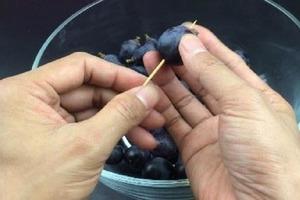 Раньше боялась давать детям виноград из-за кожуры и косточек: знакомая подсказала, как очистить его за 3 секунды с помощью зубочистки