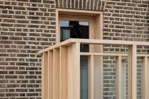 Владельцы построили террасу поверх дома, соединив с кухней и столовой. Один из плюсов пристройки - ее можно сдавать как отдельное жилье