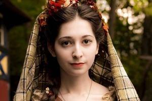 Во что одевались женщины разных эпох: девушка, изучающая историю моды, поразила сеть своими нарядами
