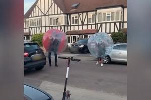"""Соседи на карантине надели на себя мягкие шары и устроили """"уличные бои"""" (смешное видео)"""