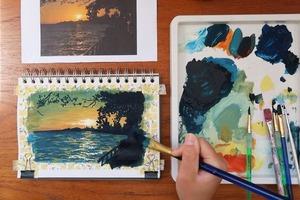 Настоящая терапия: девушка с удовольствием рисует по фото те места, в которых однажды побывала