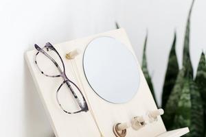 Сделала удобный органайзер для очков и украшений: на нем еще и зеркальце есть