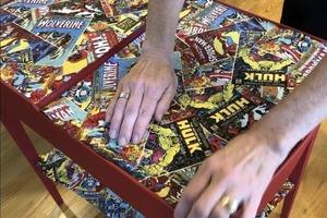 Достала старые комиксы сына и обклеила ими бабушкин столик: вышло потрясающе