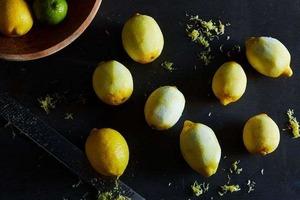 Сказала знакомой, что зря она купила лимоны впрок — испортятся. В ответ она поделилась лайфхаком, благодаря которому цитрусовые хранятся 3 м