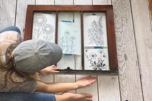 Забрала у родителей старое окно и сделала из него стильный вираж с цветочками: рисовать особо не умею, делала по трафаретам