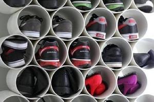 В большой семье обувь часто хранится в беспорядке: представляем лучшие идеи обувного гардероба