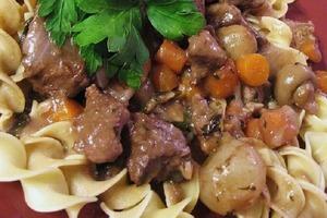 Никому не верю, что говядина - жесткое и невкусное мясо: грибы, пряности и вино делают ее незабываемой (рецепт)