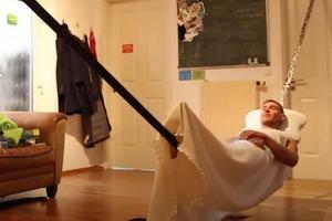 """Профессиональный канатоходец показал, как он """"работает"""" на карантине: он даже спит на канате"""