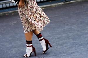 В знаменитом журнале мод Vogue увидела новую тендецию на лето 2020 года - носки под босоножки