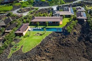 Удивительный дом в виде ряда павильонов на потрясающем участке лавового поля на Гавайях: кажется, он парит над ландшафтом