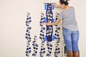 Муж подумал, что я обклеила стену обоями, а я покрасила ее с помощью трафаретов