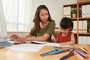 10 видов работ, которые можно делать дома. Такой заработок идеально подходит для женщин с детьми