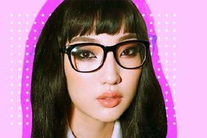Бордовый смоки, подкручивание ресниц и еще пара идей макияжа для девушек, которые носят очки