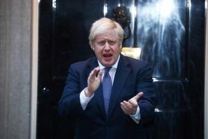 Вдохновляющие аплодисменты: Борис Джонсон вызвал двойную радугу над небом Британии