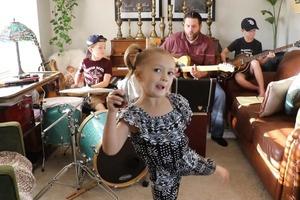 """""""Карантинные дети"""": папа собрал музыкальную группу, чтобы дети не скучали на карантине, и записал клип"""