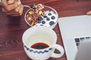 «Режим питания нарушать нельзя»: я поняла, что работа из дома — благодатное поле для нездоровых привычек