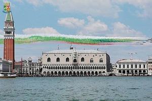 """Берущее за душу видео: в честь окончания карантина пилотажная группа Frecce Tricolori """"рисует"""" национальный флаг над городами Италии"""