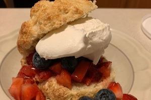 Бургер из печенья, ягод и сливок: простой рецепт сладкого летнего угощения