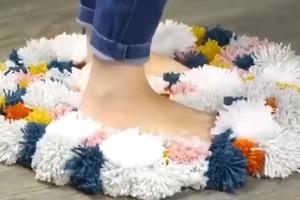 Креатив для рукодельниц: делаем мягкий коврик из помпонов