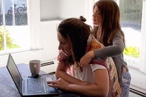 До боли знакомая ситуация: работающая из дома мама за десять минут 27 раз отвлекалась на детей