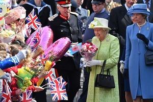 В апреле в Британии холодно, а вот во вторую субботу июня - самое то: королева Елизавета празднует день рождения дважды