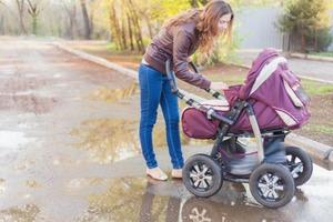 Мама придумала защитить ребенка от заражения коронавирусом с помощью дождевика (фото)