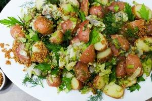 Здоровая еда на пикник: салат с сельдью и картофелем