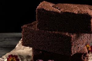 Простой рецепт бисквита. Использую одновременно шоколад и какао, добавляю молоко — получается вкуснее торта