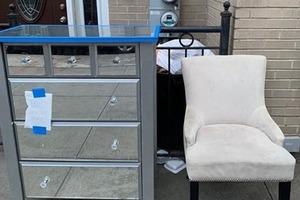 Кожаный диван, зеркальный комод и другие замечательные вещи, которые жители Нью-Йорка отдают даром