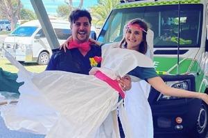 Пара, работающая врачами в одной больнице, отложила свою свадьбу, чтобы спасать жизни людей