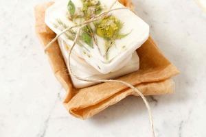 Своими руками: делаем прессованное мыло с видимыми и цельными сухоцветами внутри