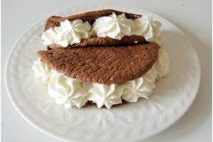 Шоколадные тако с мягким белковым кремом - сладкая альтернатива популярной мексиканской закуске (рецепт)