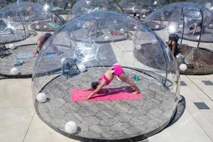 Шары для йоги: теперь люди могут заниматься групповой йогой, не боясь вирусов