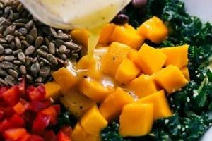 Готовлю вкусный и полезный салат из капусты кале с кускусом, манго и паприкой
