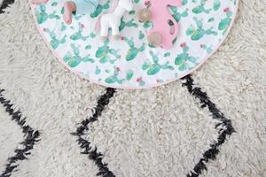 Сделала круглый стеганый коврик для ребенка: он очень удобный для детских игр, и его просто сделать своими руками