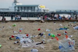 После снятия ограничений тысячи британцев отправились на пляж, где не соблюдали дистанцию и оставили более 40 тонн мусора
