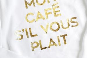 Из золотой фольги можно сделать на одежде надпись или красивый рисунок