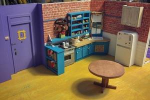"""Резак, линейка и много терпения. Художник сделал точную миниатюрную копию кухни Моники из сериала """"Друзья"""""""