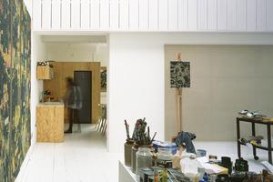 Художник с семьей жили в здании старого склада. Когда появилась возможность, попросили дизайнера помочь с ремонтом