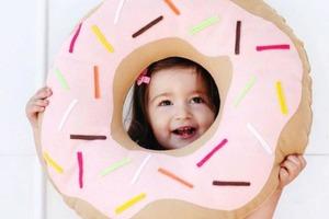 Сделала для детской комнаты декоративную подушку в виде аппетитного пончика: для детей она стала еще и игрушкой
