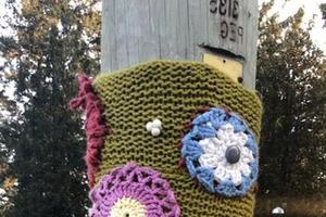 Осьминоги, цветы, звезды: Сесилия превращает мрачные фонарные столбы в произведения «вязаного» искусства