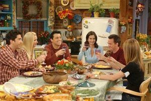 """С днем благодарения """"Друзей"""": фанаты шоу увидят необычную книгу с рецептами блюд, которые готовили в сериале"""