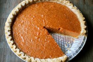 Для сладкого пирога решила выбрать не совсем обычную начинку: пюре из батата смешала с молоком и сахаром